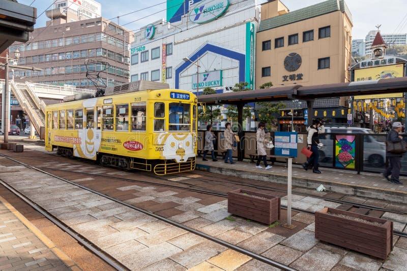 El tren local de la tranvía eléctrica del coche de la calle en Nagasaki, Japón foto de archivo