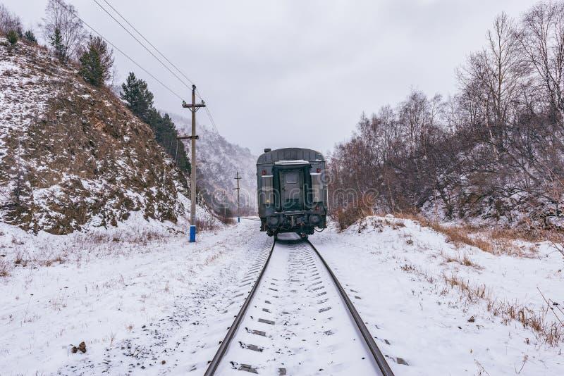 El tren local se mueve para virar la estación de Baikal hacia el lado de babor imagenes de archivo