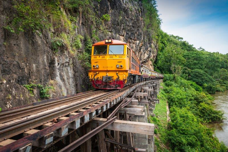 El tren monta en el ferrocarril de Birmania en la provincia de Kanchanaburi, Tailandia fotos de archivo