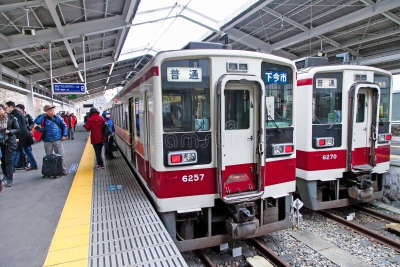 El tren rápido en la estación de Tobu Nikko, ésta es un viaje popular de Tokio a nikko, Japón fotos de archivo