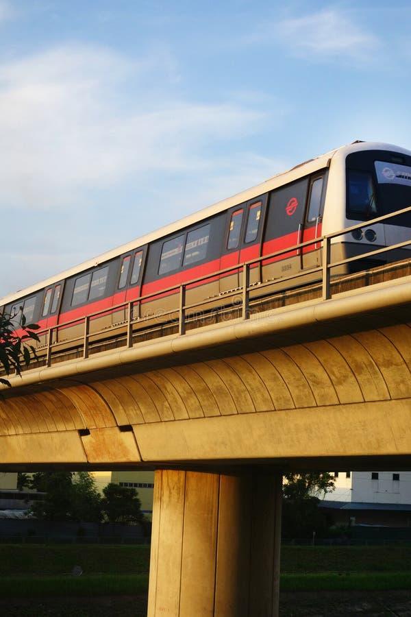 El tren rápido total de Singapur (MRT) viaja en la vía imagen de archivo