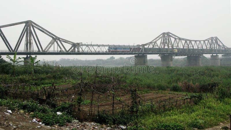 El tren todavía corre en un puente antiguo cada día imagenes de archivo