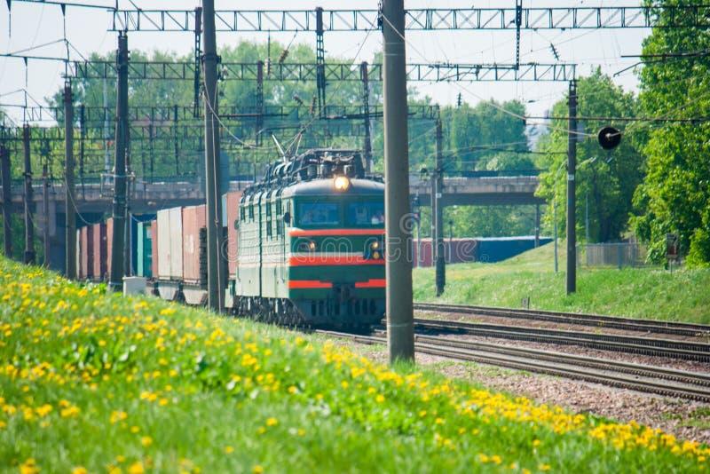 El tren viaja por el carril imagenes de archivo