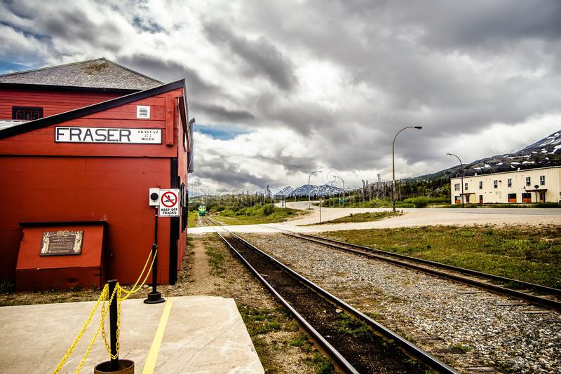 el tren wating para los pasajeros en la Columbia Británica del fraser entrena a sta foto de archivo