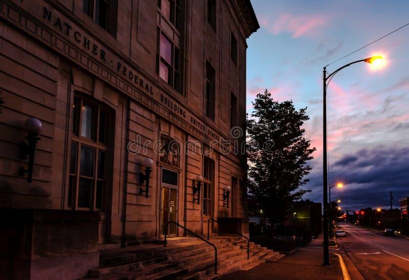 El tribunal se encendió por una farola en la hora azul imágenes de archivo libres de regalías