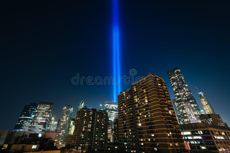 El tributo en luz sobre edificios en Manhattan en la noche, en Lo fotografía de archivo