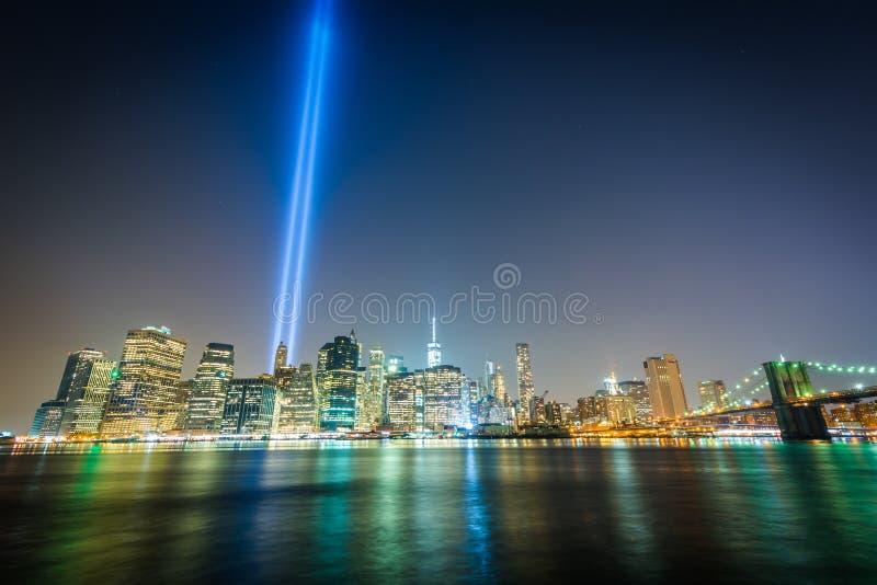 El tributo en luz sobre el horizonte de Manhattan en la noche, f vista fotografía de archivo