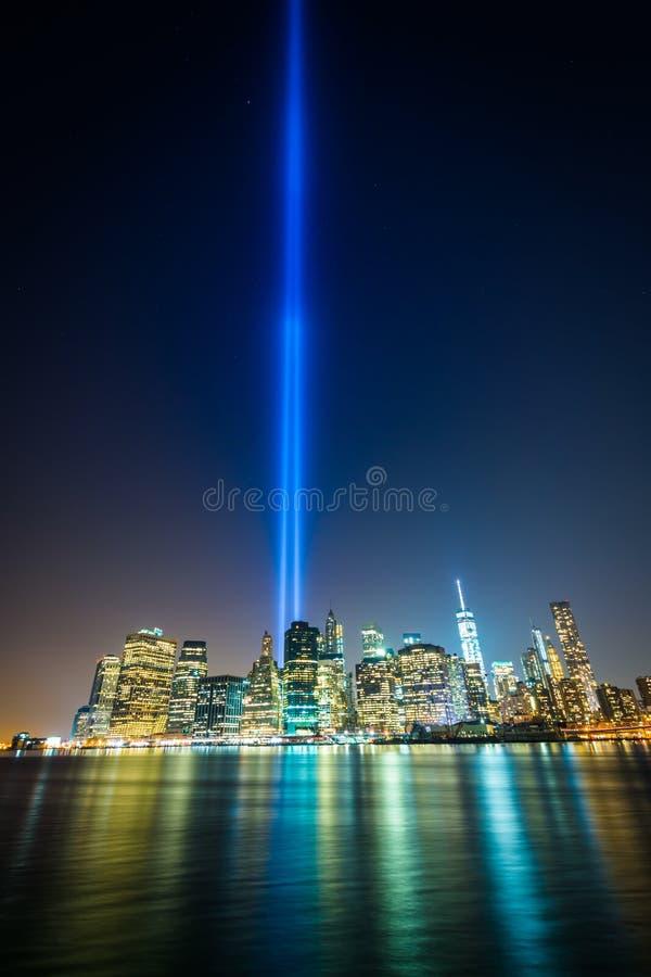 El tributo en luz sobre el horizonte de Manhattan en la noche, f vista imagenes de archivo