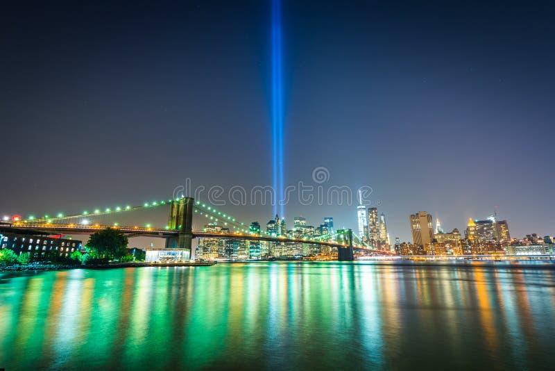 El tributo en luz sobre el horizonte de Manhattan en la noche, f vista foto de archivo libre de regalías
