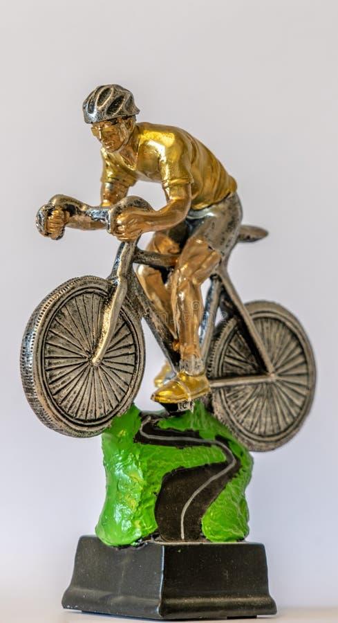 El trofeo de los deportes se coloca delante de una pared blanca fotografía de archivo libre de regalías