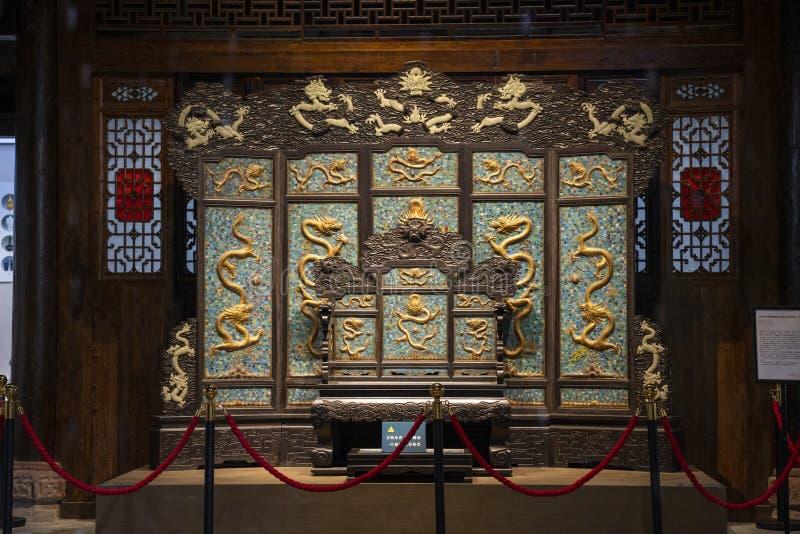 El trono de madera tallado del dragón Es el trono del emperador de China foto de archivo libre de regalías