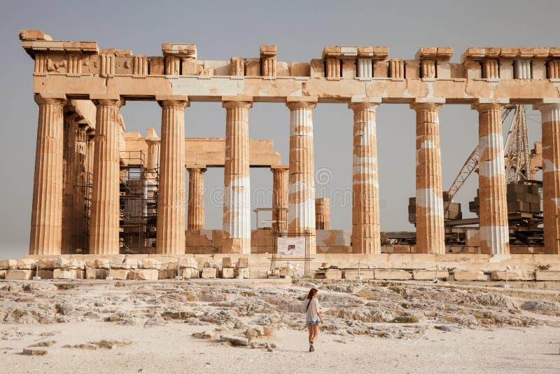 El turista cerca de la acrópolis de Atenas, Grecia foto de archivo