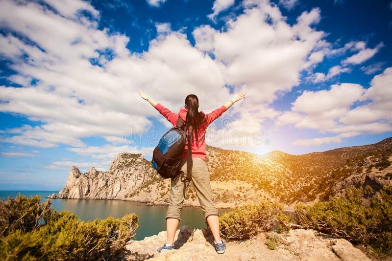 El turista de la mujer está disfrutando de paisaje foto de archivo