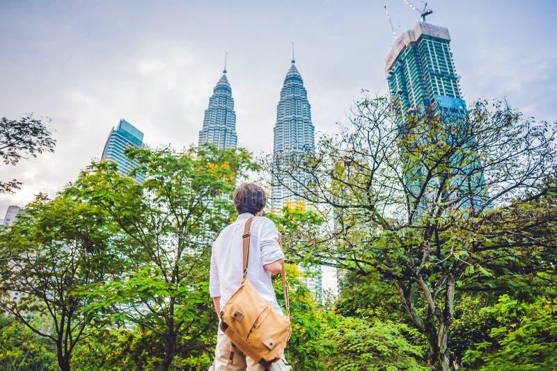 El turista del hombre en Malasia mira las torres gemelas de Petronas imagenes de archivo
