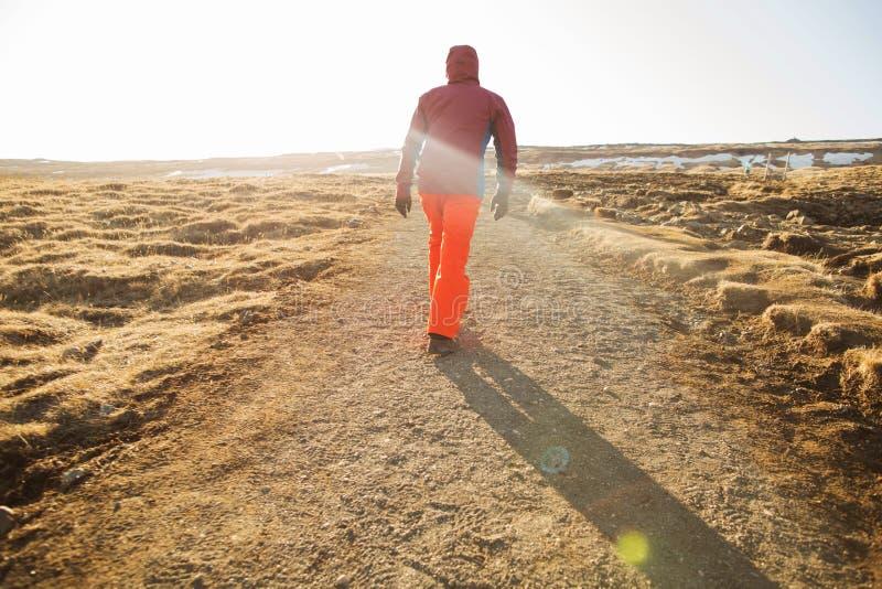 El turista del individuo va a las montañas de Islandia fotografía de archivo