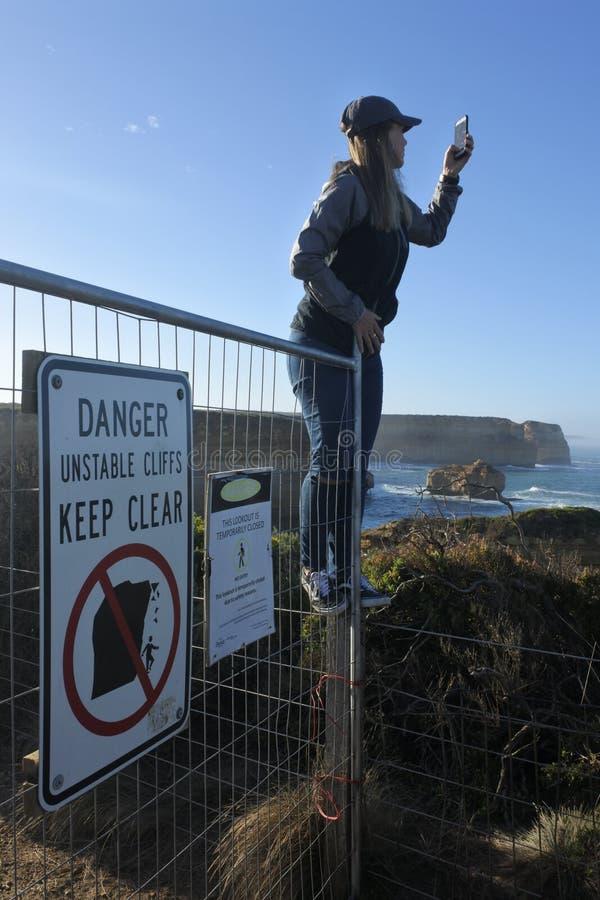 El turista en busca de selfies ignora señales de peligro puso vidas a riesgo fotos de archivo libres de regalías