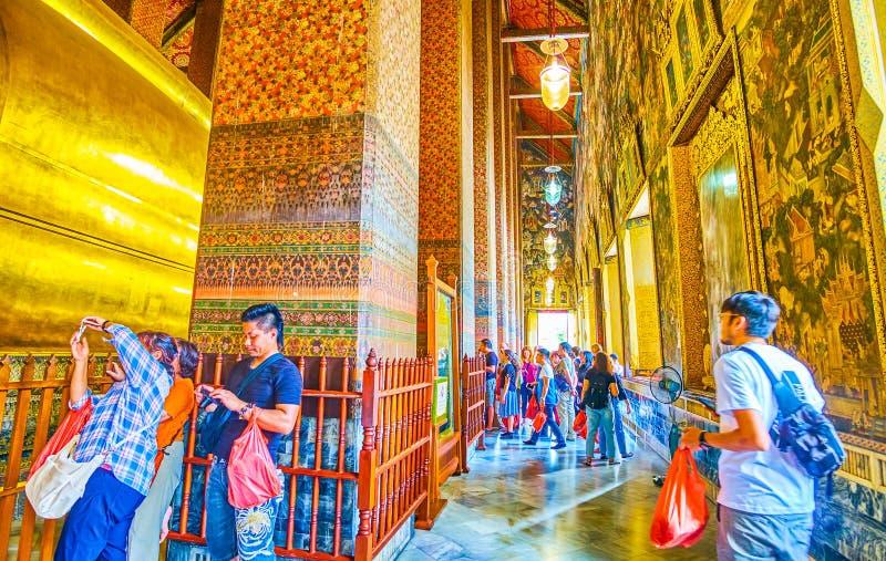 El turista en la capilla del Buda de descanso, Wat Pho, Bangkok, Tailandia imagenes de archivo