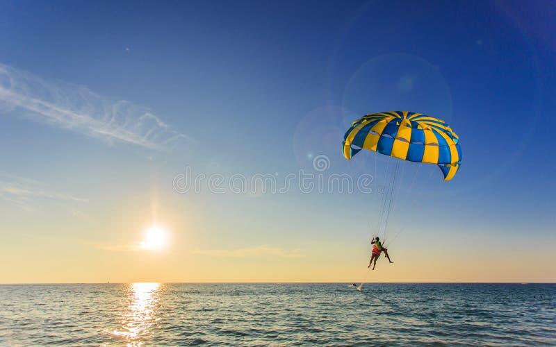 El turista es para que navega sobre el mar azul en Tailandia foto de archivo