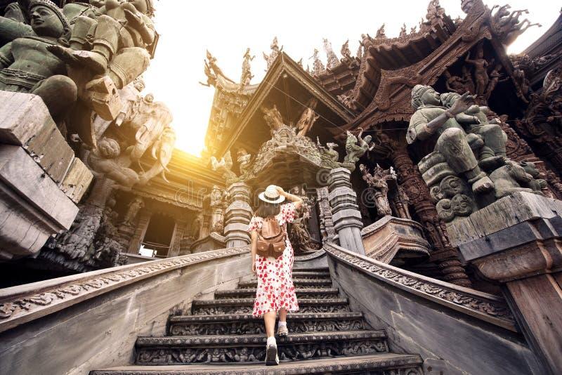 El turista es viaje en el santuario de la verdad en Pattaya imagen de archivo libre de regalías