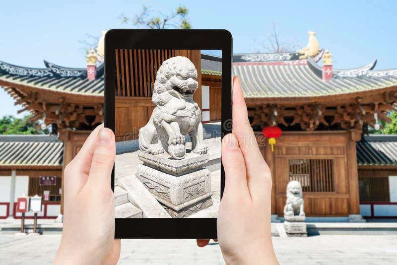 el turista fotografía la estatua del león cerca del templo foto de archivo libre de regalías