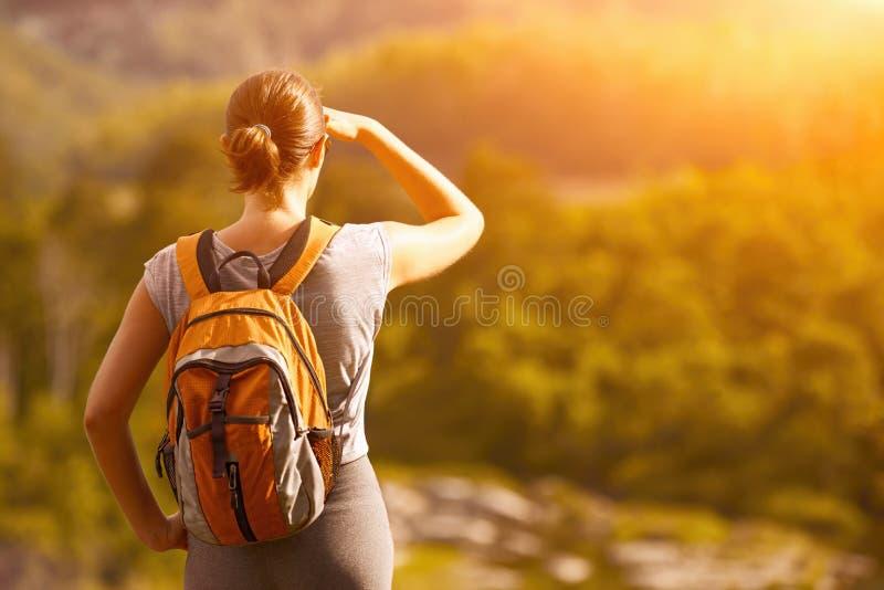 El turista joven con una mochila disfruta de la hermosa vista Cámara f fotos de archivo libres de regalías