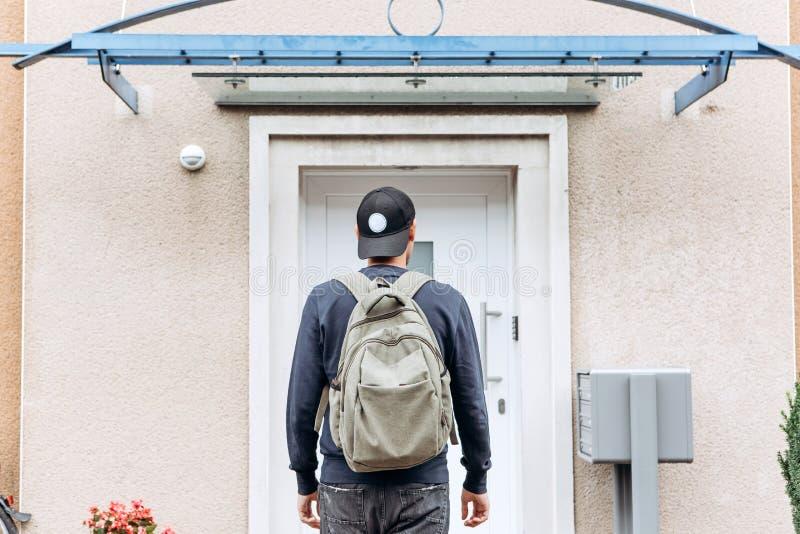 El turista o el estudiante con la mochila imagen de archivo libre de regalías