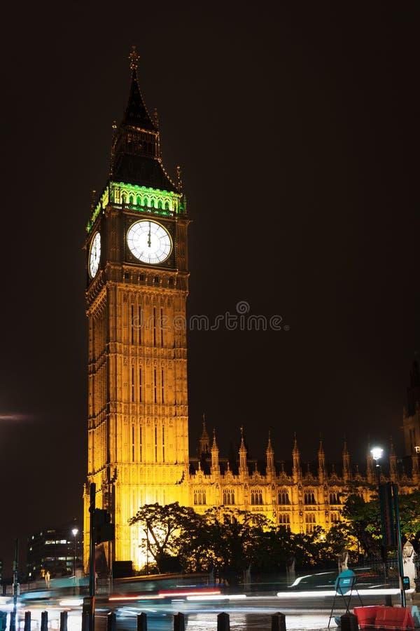 El turista popular Big Ben y las casas de Parlament en noche se enciende foto de archivo libre de regalías