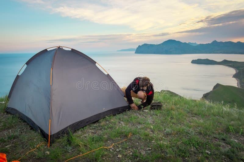 El turista puso una tienda en el top de una montaña fotografía de archivo libre de regalías