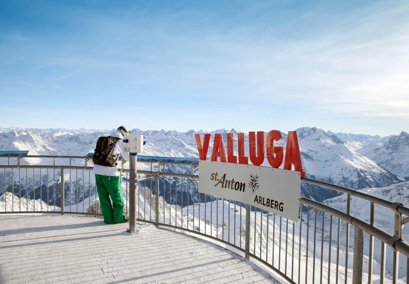El turista se coloca en la plataforma de visita turístico de excursión en Valluga foto de archivo libre de regalías