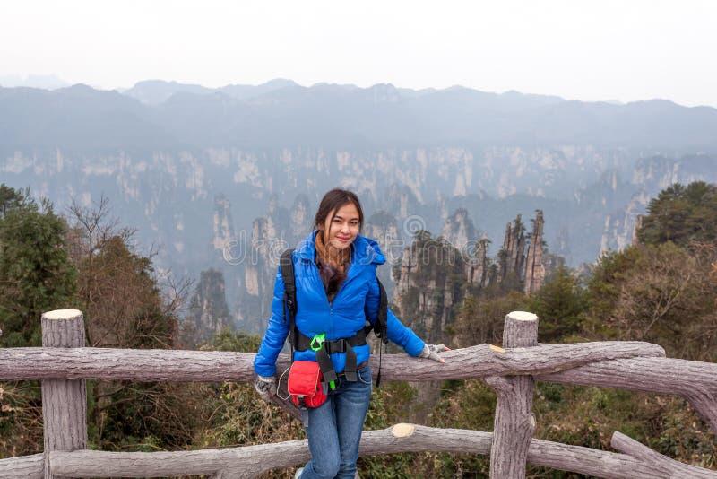 El turista se coloca en Zhangjiajie Forest Park nacional en el área escénica de Wulingyuan, provincia de Hunán, China foto de archivo