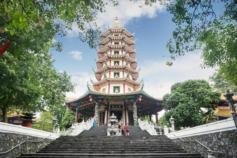 El turista se está colocando en la pagoda de Avalokitesvara imagenes de archivo