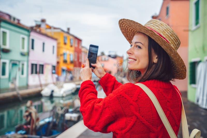 El turista sonriente toma las fotos en Italia fotografía de archivo libre de regalías