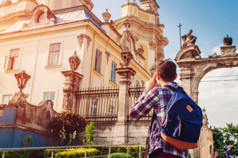 El turista toma imágenes de la catedral católica de San Jorge en Lviv, Ucrania imagen de archivo