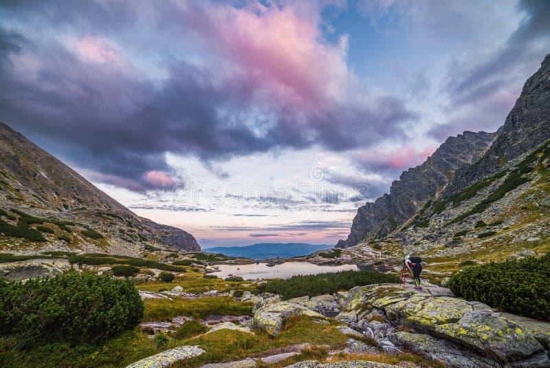 El turista toma la imagen del paisaje de la montaña con un Tarn fotos de archivo