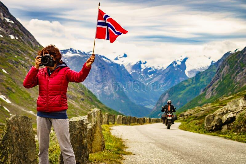 El turista toma la imagen en las montañas Noruega fotografía de archivo libre de regalías