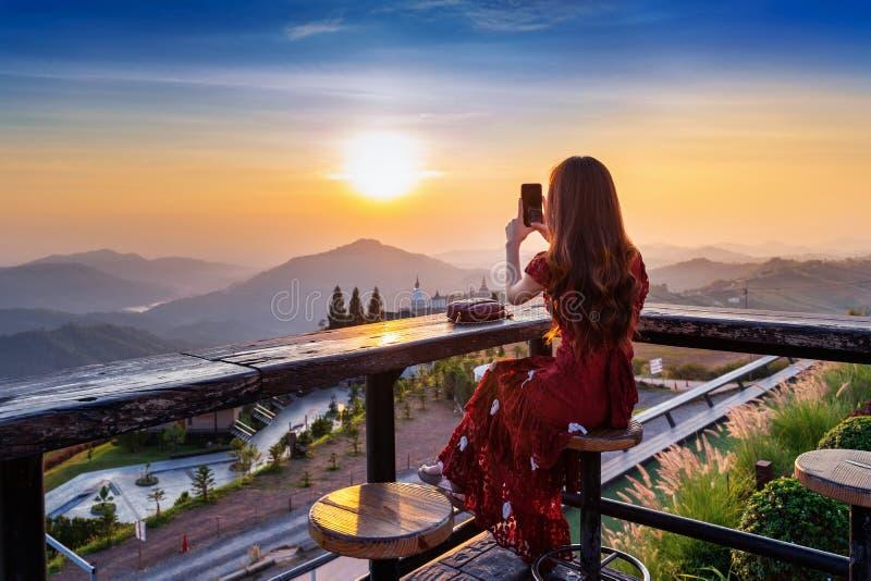 El turista toma una foto en el templo de Wat Phra That Pha Son Kaew en Khao Kho Phetchabun, Tailandia foto de archivo libre de regalías