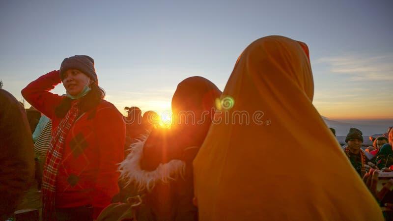 El turista ve salida del sol del bromo imagen de archivo