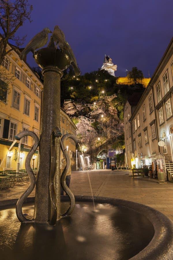 El Uhrturm en Graz fotos de archivo