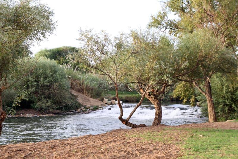 El umbral en Jordan River en Israel septentrional fotografía de archivo