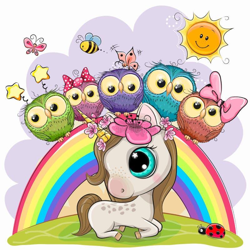 El unicornio de la historieta y cinco b?hos lindos se est? sentando en un arco iris ilustración del vector