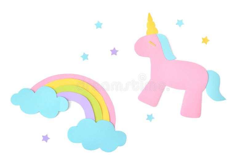 El unicornio y el papel del arco iris cortaron en el fondo blanco imagen de archivo