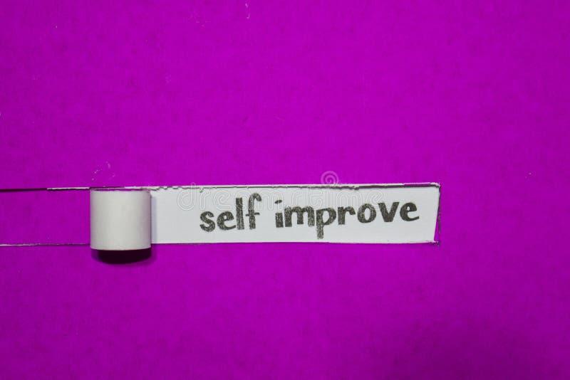 El uno mismo concepto mejora, de la inspiración, de la motivación y del negocio en el papel rasgado púrpura imagenes de archivo
