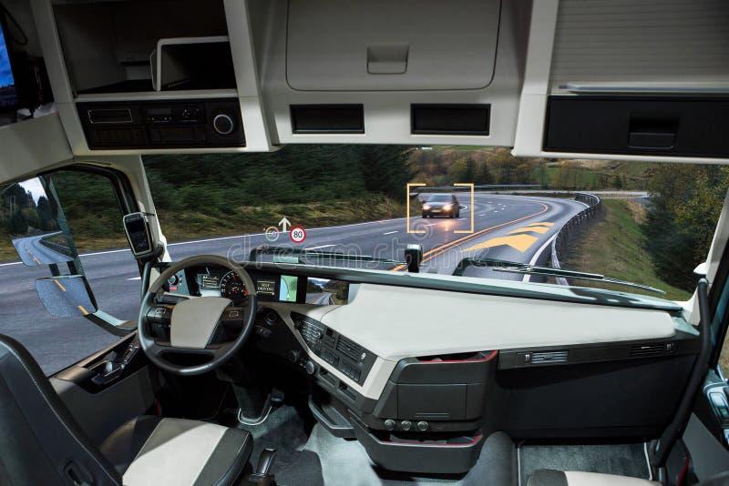 El uno mismo que conduce el camión con la cabeza para arriba exhibe en un camino imagen de archivo libre de regalías