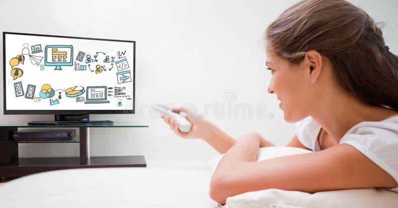 El usar de la mujer teledirigido con los diversos iconos en la pantalla de la TV foto de archivo libre de regalías