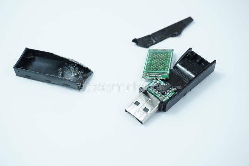 El USB roto aisló en el fondo blanco fotos de archivo