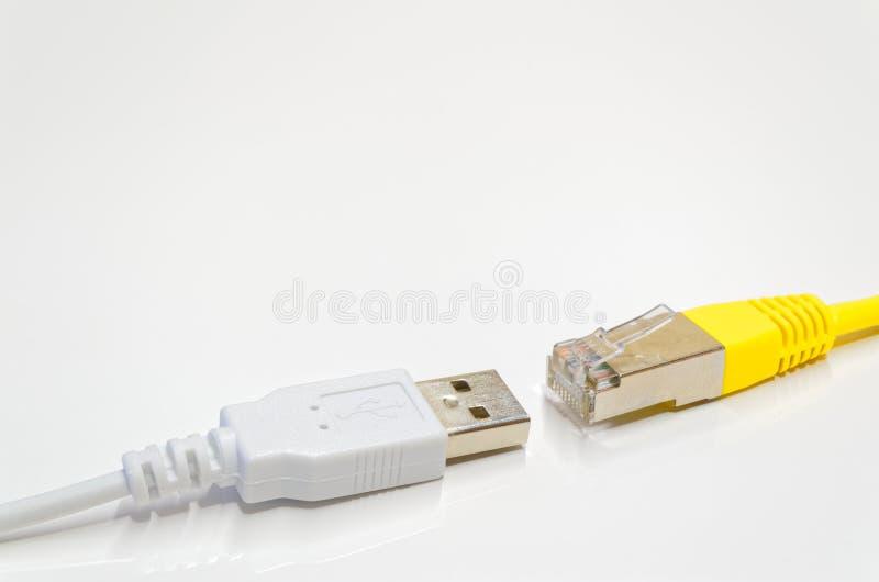 El USB y la conexión de red enchufa el contrario de uno a en el fondo blanco fotos de archivo libres de regalías