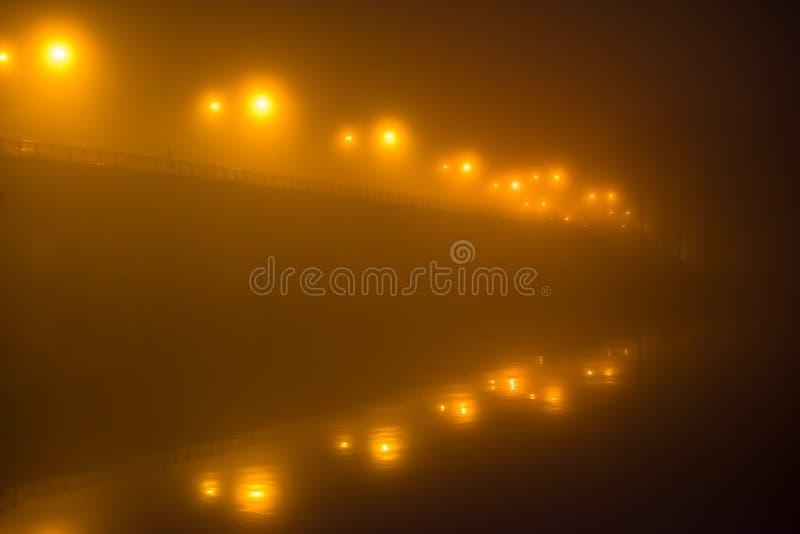 El uso de las ventajas del puente en la oscuridad imagen de archivo