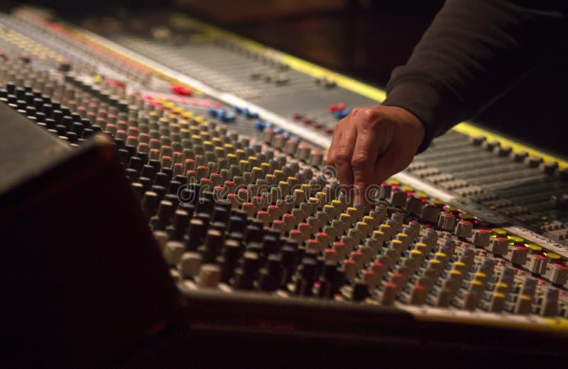 El uso del ingeniero de sonido el mezclador fotografía de archivo