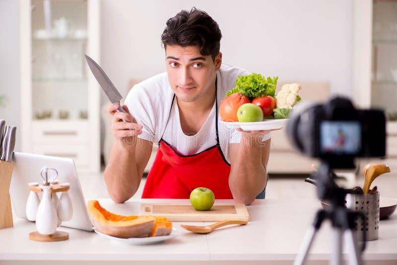 El vídeo de la grabación del blogger de la nutrición de la comida para el blog fotos de archivo libres de regalías