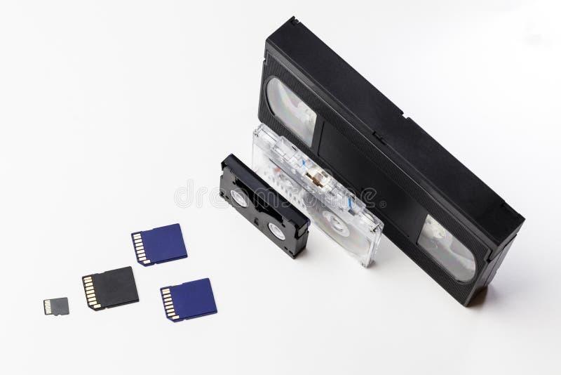 El vídeo es grande y pequeño Tarjeta de memoria para registrar el vídeo El concepto de tecnología de almacenamiento video perfect imagen de archivo libre de regalías